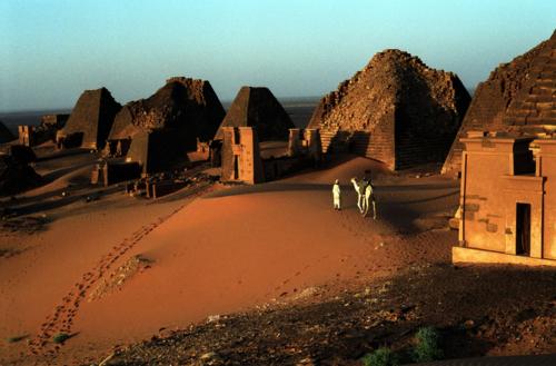 Pirámides reales de Meroe (Sudán) / Yves Gellie